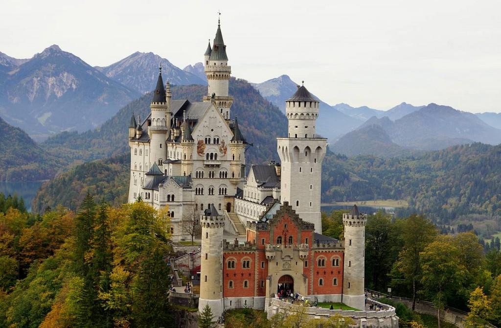 csm_Schloss_Neuschwanstein_im_Herbst_-_Front_3_604b45f29f